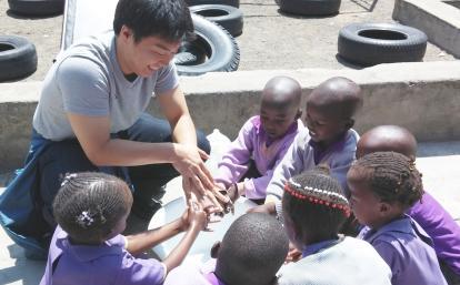 ケニアの子供たちがチャイルドケアボランティアから手洗いを習う